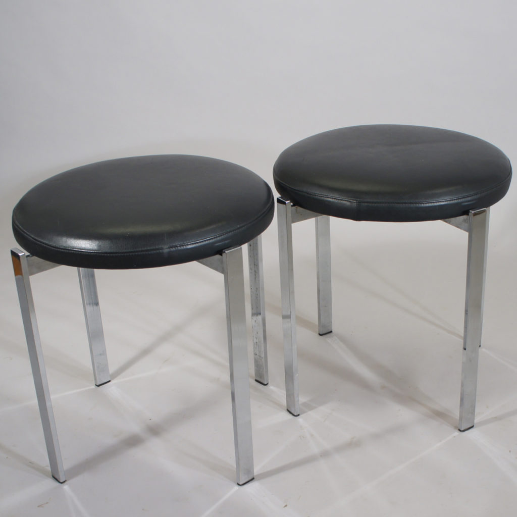 A pair of stools in crome steel and seats in leather. Maker unknown. Height 47, diam 45 cm.