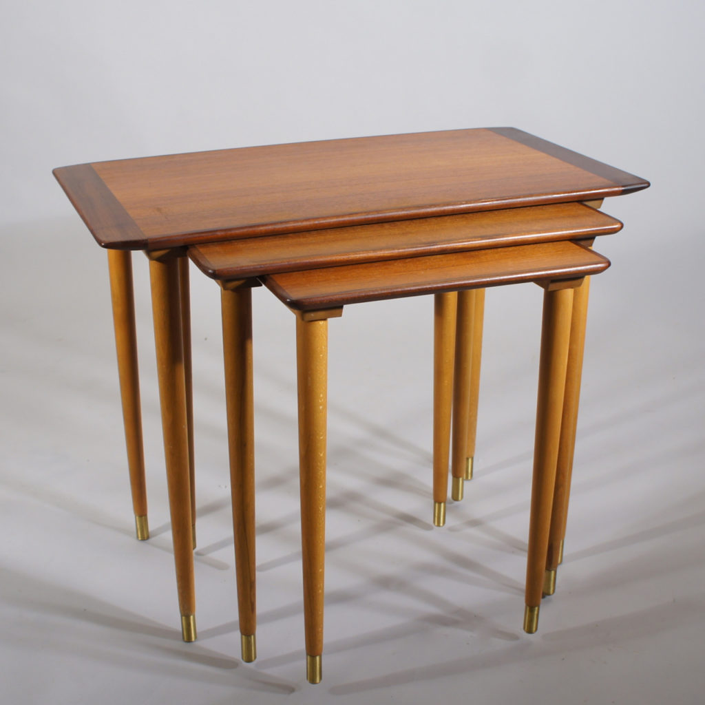 Nesting table in teak in three parts.